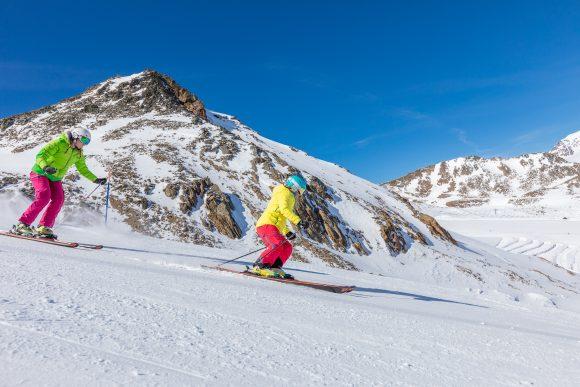Sciare sulle piste del ghiacciaio della Val Senales