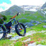Bici maneggevole con le borse per bikepacking anche sui sentieri di montagna. Borse Rusjan