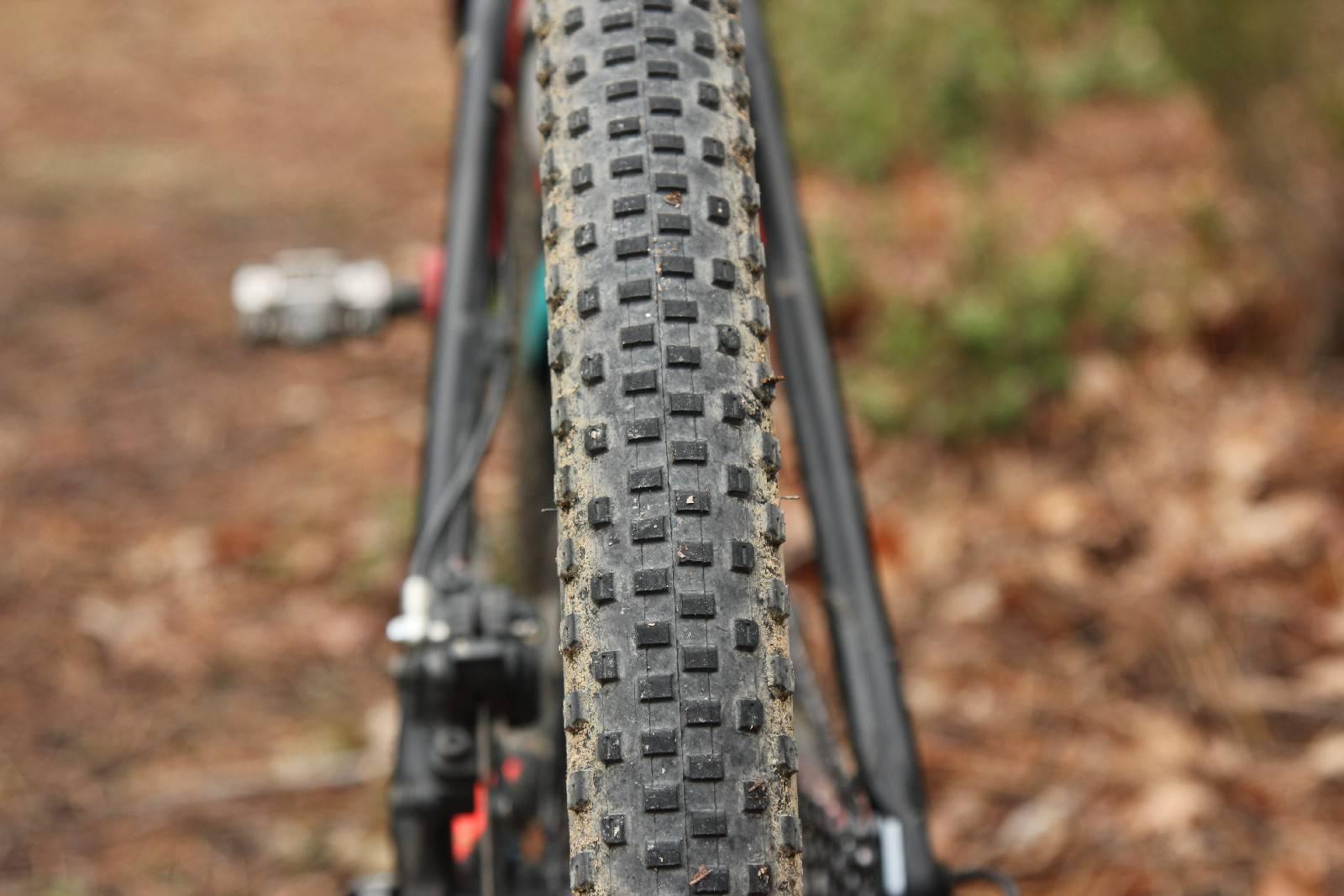 Per avventure e viaggi in bici meglio preferire copertoni scorrevoli. Ph Davide Ferrigno