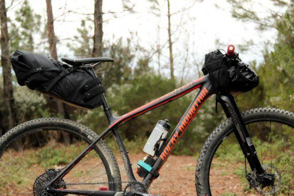 Prima di partire per un viaggio in bici rifare il sag delle sospensioni. Borse Miss Grape, Ph Davide Ferrigno