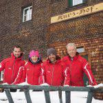 Il team di Outdoortest davanti allo srtorico Kurzhof, il Maso Corto della Val Senales