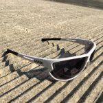 Al sole, la lente dell'occhiale Uvex 810 v si scurisce fino al livello di protezione S3