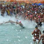 Il nuoto in mare è una delle tre discipline del triathlon