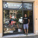 Il Cube Rental Center and Bike Shop di Finale Ligure, con il suo titolare Luca Ghiglione