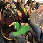 I capi Montura passano di mano tra il pubblico per sentire le differenze tra i tessuti