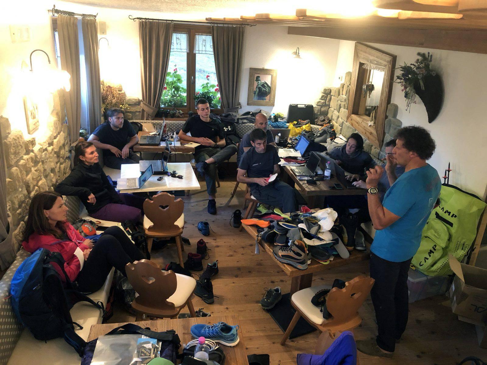 Il tecnico Montura Riccardo Milani mentre conduce la lezione sulle caratteristiche delle scarpe da outdoor