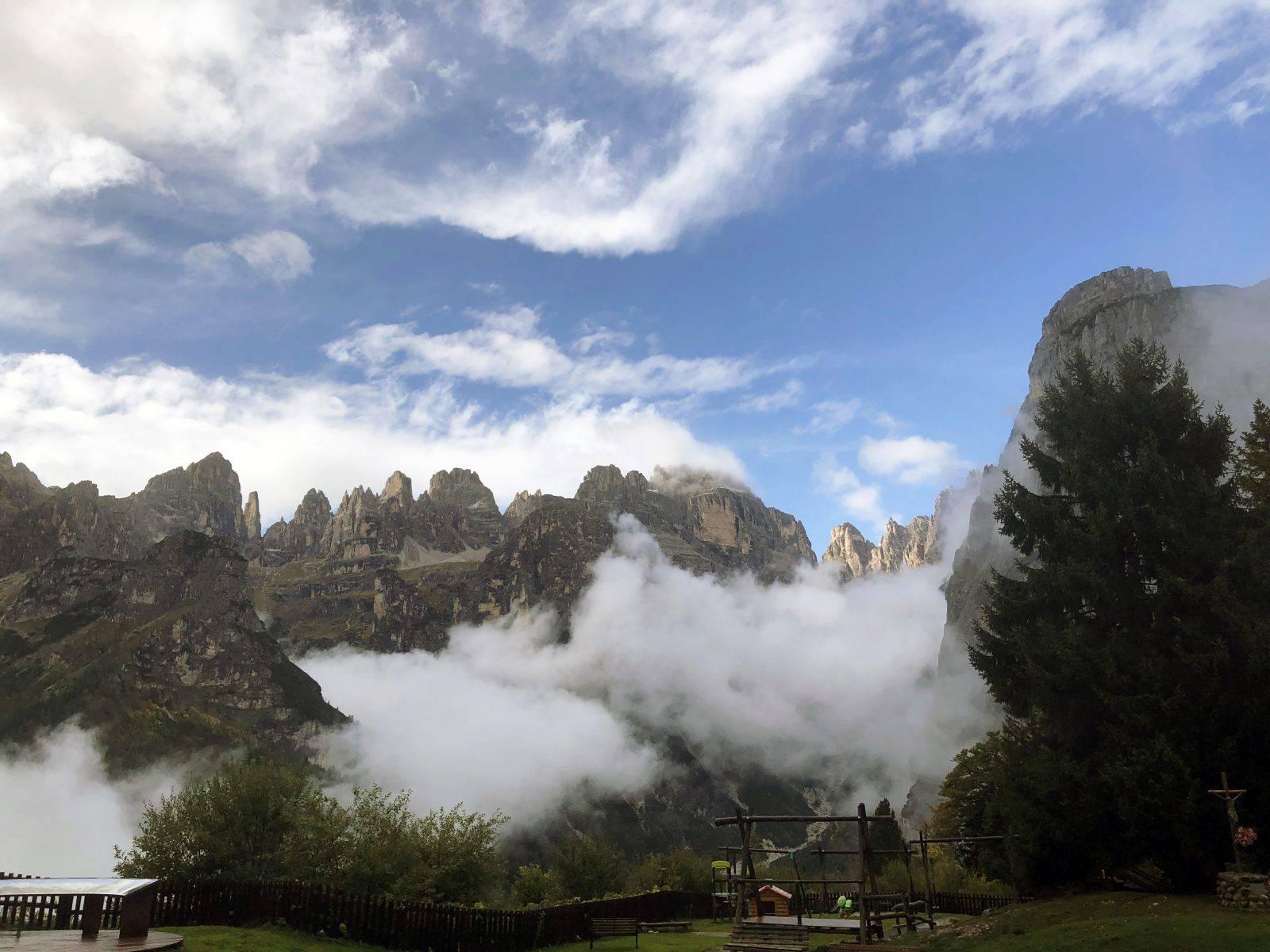 Le Dolomiti di Brenta di fronte al Rifugio La Montanara di Molveno