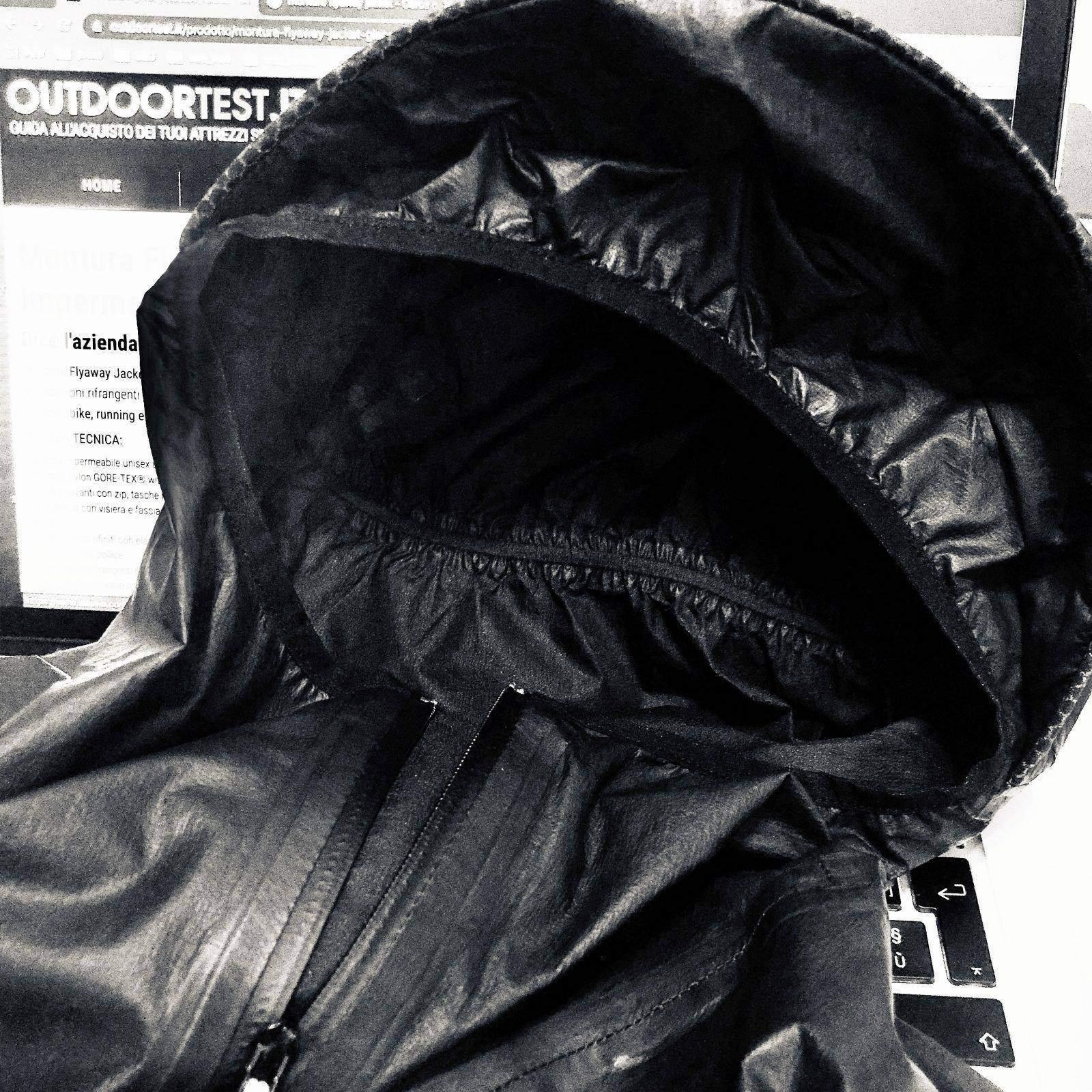 Il cappuccio della giacca Montura Flyaway preformato con elastico perimetrale e visiera pretensionata