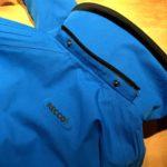 La zip di collegamento del cappuccio e l'inserto del sistema RECCO della giacca da sci Marmorè di Hyra