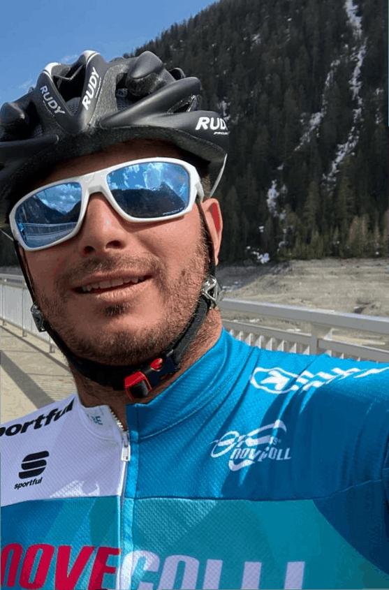 Costantino Alberoni in bici sulla diga del lago di Livigno
